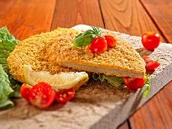Класически пържен шницел Миланезе с пилешко филе паниран в брашно, яйца и галета - снимка на рецептата